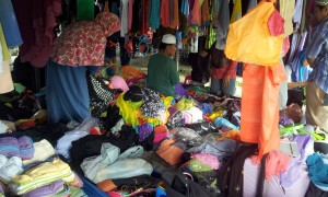 Sorting out the many items on offer. (@all rights reserved)
